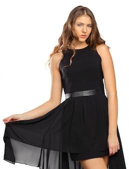 Ritratto di una bella ragazza bionda in abito nero