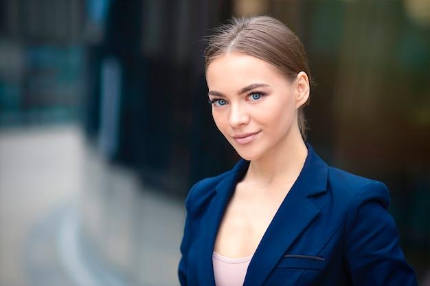 Ritratto di bella giovane imprenditrice in tuta