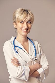 Ritratto di una bellissima giovane donna medico