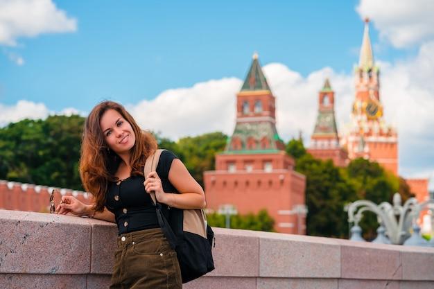 Ritratto di una bellissima giovane turista femminile con vista sul cremlino di mosca, russia