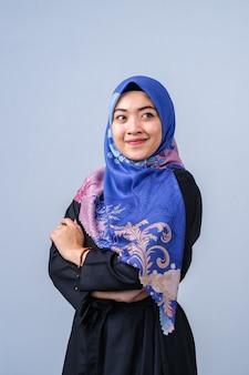 Ritratto di giovane e bella modella in stile hijab alla moda in posa su sfondo grigio