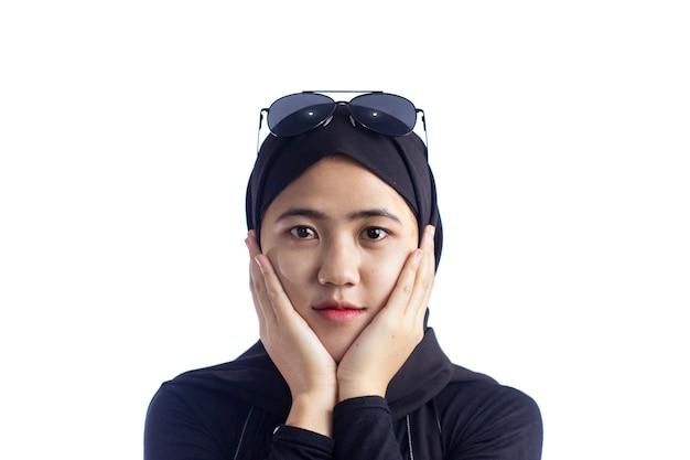 Ritratto di giovane e bella donna musulmana moderna