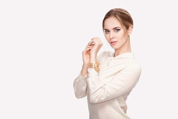 Ritratto di una giovane e bella donna bionda sensuale in camicia bianca sorridendo e guardando la fotocamera. bionda sexy