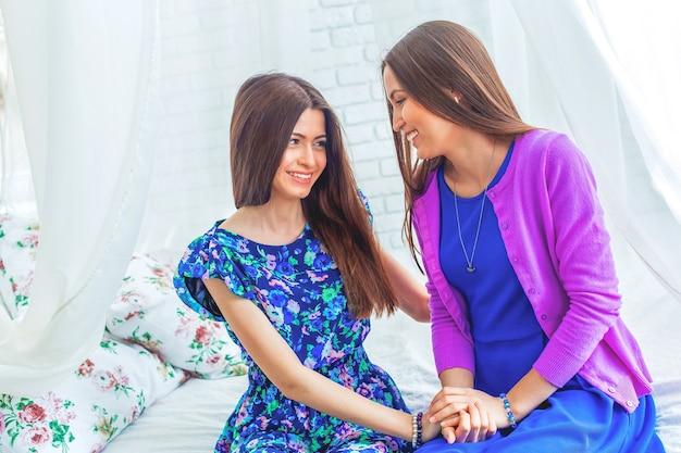 Ritratto di belle giovani donne gemelle