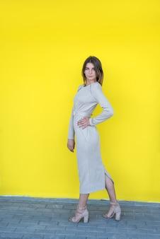 Ritratto di una giovane e bella donna in un abito classico beige