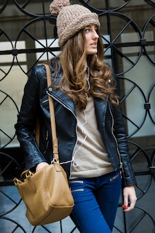 Ritratto di bella giovane donna in città