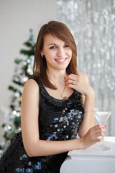 Ritratto di una giovane e bella donna in eleganti decorazioni natalizie