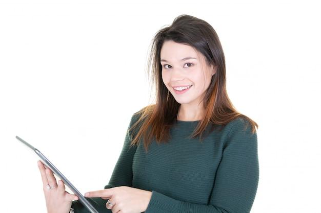 Ritratto di bella lettura della giovane donna allegra qualcosa sul computer elettronico della compressa