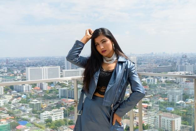 Ritratto di bella giovane donna all'aperto sul tetto