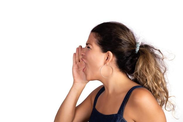 Ritratto di bella giovane donna che grida e che grida. sfondo bianco isolato.