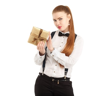 Ritratto di bella giovane donna in abbigliamento rigoroso con farfallino isolato su bianco