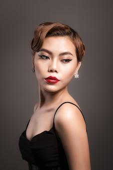 Ritratto di una giovane e bella donna con i capelli castani. concetto di bellezza e cura della pelle