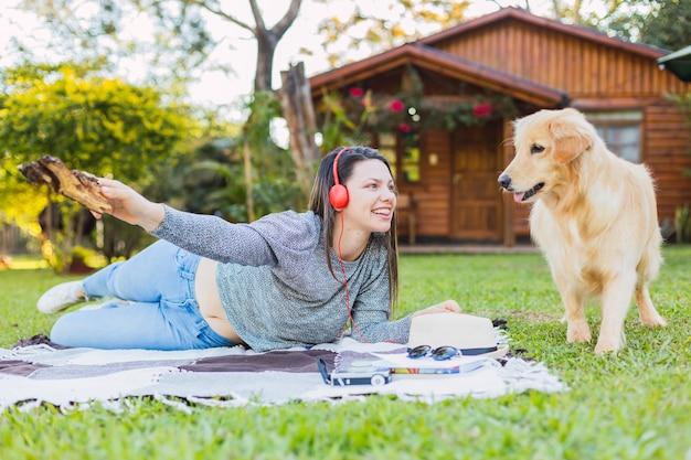 Ritratto di una bellissima giovane donna con il suo animale domestico