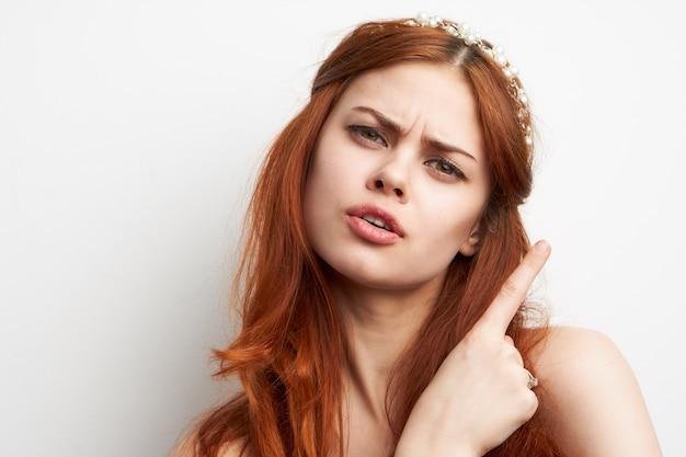 Ritratto di una bellissima giovane donna con gioielli