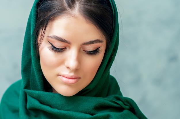 Ritratto di giovane e bella donna con con ciglia lunghe e trucco perfetto concetto di bellezza