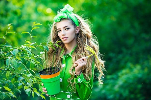Ritratto di donna di bellezza mentre si lavora in giardino bellezza primavera ragazza con vaso di fiori primavera