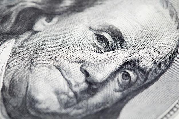 Ritratto di benjamin franklin su 100 banconote in dollari, concetto dei soldi