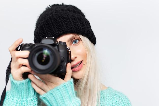 Ritratto di ragazza bionda, fotografo che scatta foto con la fotocamera dslr