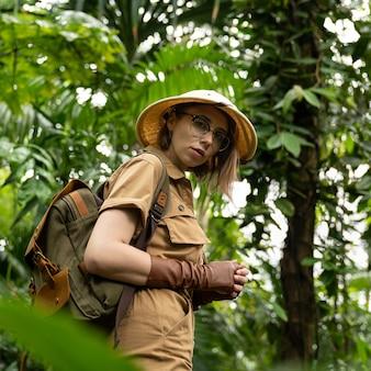 Ritratto di donna botanica in serra
