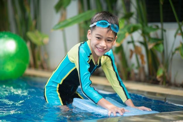 Ritratto ragazzo che nuota in piscina