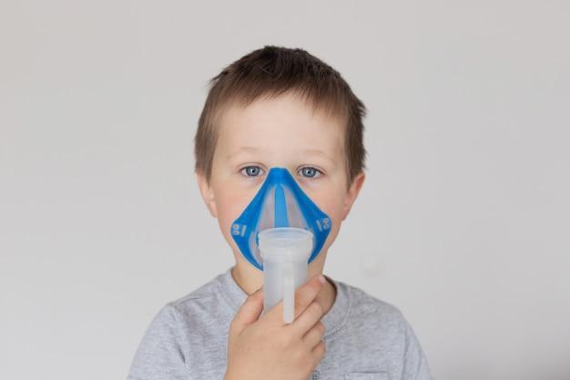 Ritratto di un ragazzo con una maschera per inalazione