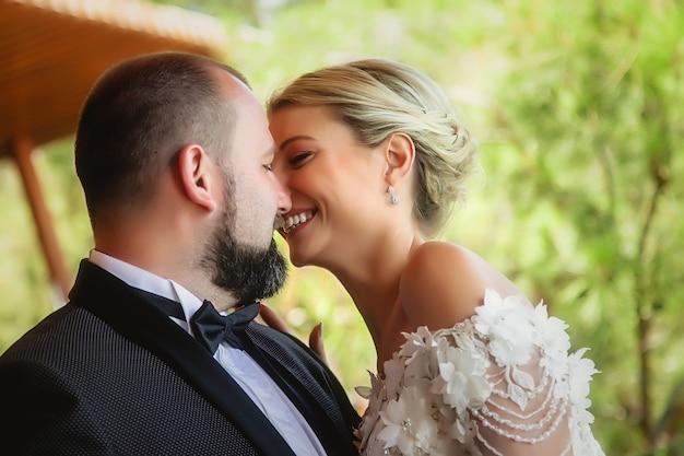 Ritratto della sposa e dello sposo in primo piano