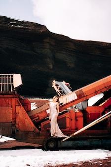 Ritratto di un modello di sposa in un abito da sera di nozze d'oro