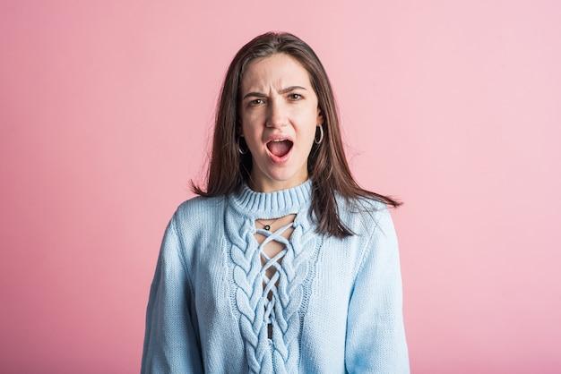 Ritratto di una donna bruna che urla dopo una lite