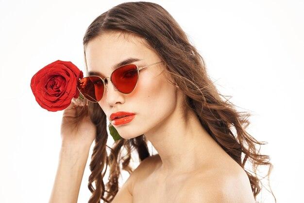 Ritratto di una donna bruna con occhiali da sole rossi