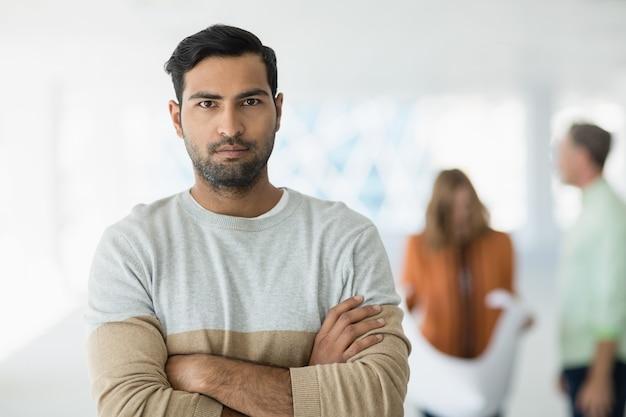 Ritratto di dirigente d'azienda in piedi con le braccia incrociate