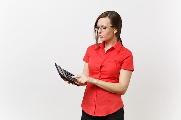 Ritratto di insegnante di affari o donna contabile in camicia rossa, occhiali che tengono calcolatrice in mani isolate su sfondo bianco. insegnamento dell'istruzione nell'università della scuola superiore, concetto di conteggio contabile.
