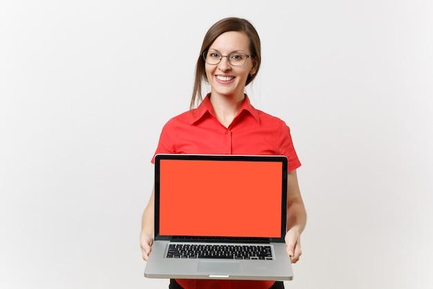 Il ritratto della donna dell'insegnante di affari in camicia rossa tiene il computer del pc del computer portatile con lo schermo vuoto nero in bianco per copiare lo spazio isolato su fondo bianco. insegnamento dell'istruzione nel concetto di università delle scuole superiori.