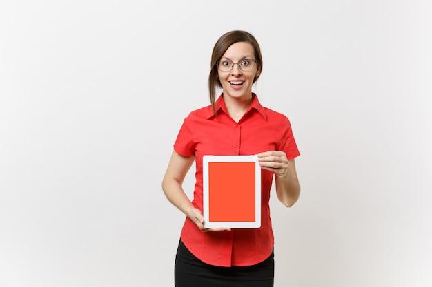 Il ritratto della donna dell'insegnante di affari in camicia rossa tiene il computer del pc della compressa con lo schermo vuoto nero in bianco per copiare lo spazio isolato su fondo bianco. insegnamento dell'istruzione nel concetto di università delle scuole superiori.