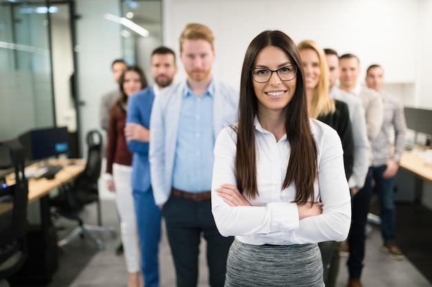 Ritratto di donna d'affari negli uffici che rappresentano la società