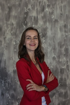 Ritratto di una donna d'affari con una giacca rossa