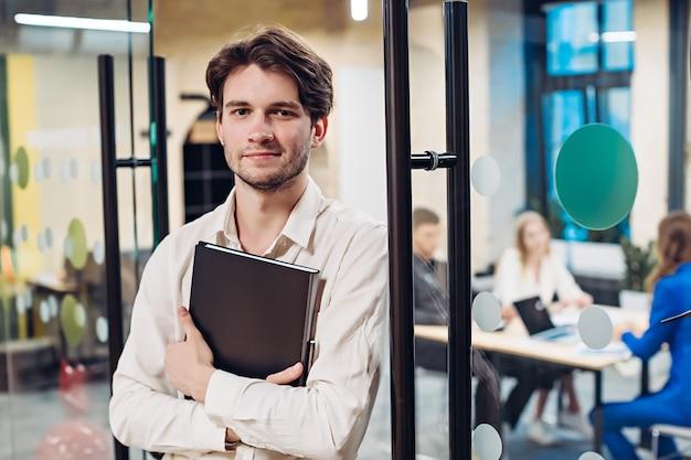 Ritratto di imprenditore tenendo la cartella