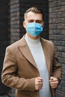Ritratto di un uomo d'affari in una maschera protettiva