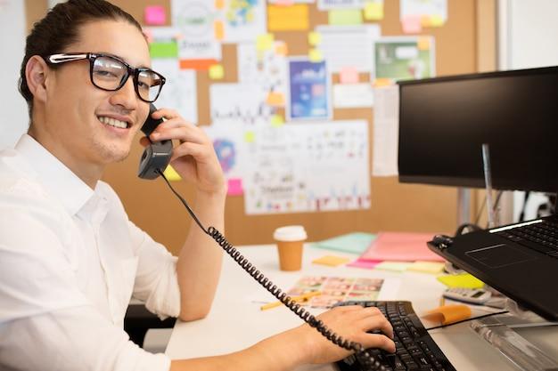 Ritratto di uomo d'affari parlando al telefono in ufficio creativo
