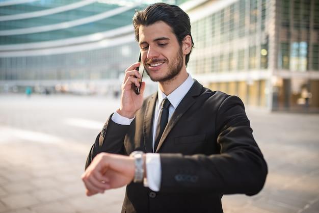 Ritratto di un uomo d'affari che parla al telefono