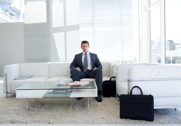 Ritratto di un uomo d'affari in una sala d'attesa