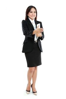 Il ritratto del computer della compressa della tenuta della donna di affari e distribuisce alla stretta di mano