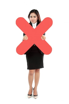 Ritratto della donna di affari che tiene segno sbagliato