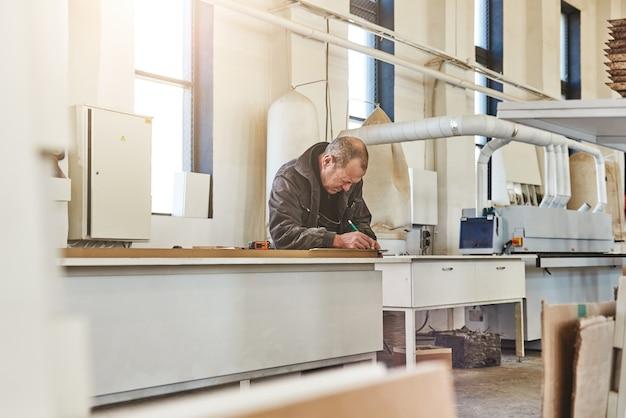 Ritratto di un artigiano impegnato che lavora alla sua postazione di lavoro