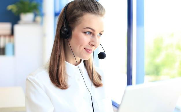 Ritratto di lavoratore di call center. operatore di assistenza clienti sorridente al lavoro.