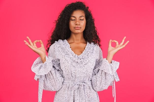 Ritratto di una giovane donna africana calma in abito estivo