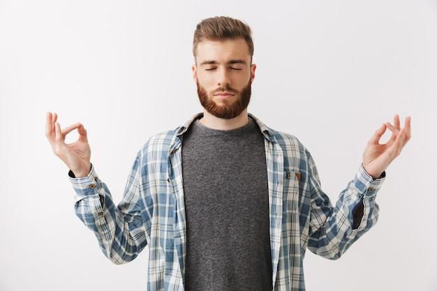 Ritratto di un giovane uomo barbuto calmo