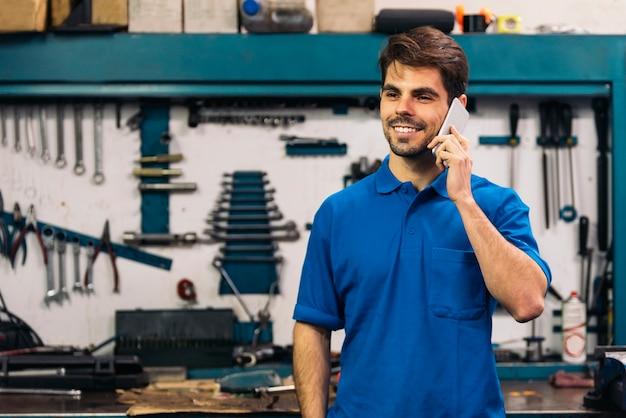 Ritratto di uomo meccanico di auto in garage.