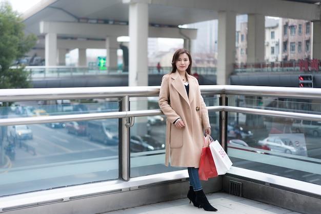 Un ritratto di una donna in carriera che tiene una borsa della spesa