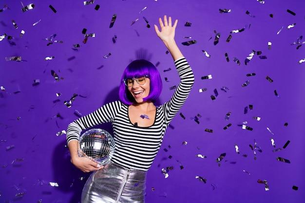 Ritratto di signora spensierata alzando la mano chiudendo gli occhi indossando occhiali occhiali isolati su sfondo viola viola