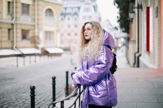 Ritratto di giovane donna caucasica del blondie in occhiali da sole all'aperto. bellezza, concetto di moda